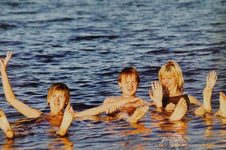 Соленая вода мертвого моря не даст утонуть, даже если совсем не умеешь плавать
